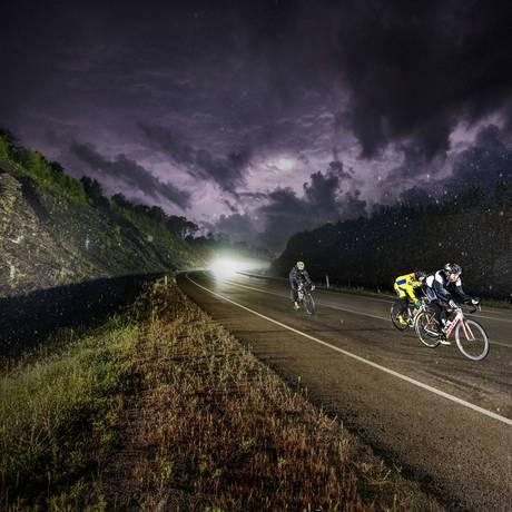 Ciclistas pedalam à noite em prova que cruza a Rota Transiberiana, na Rússia Foto: Divulgação Red Bull