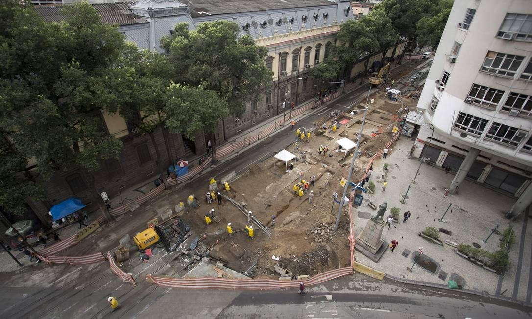 Vista aérea da região que está sendo escavada, na Avenida Marechal Floriano Foto: Márcia Foletto / Agência O Globo