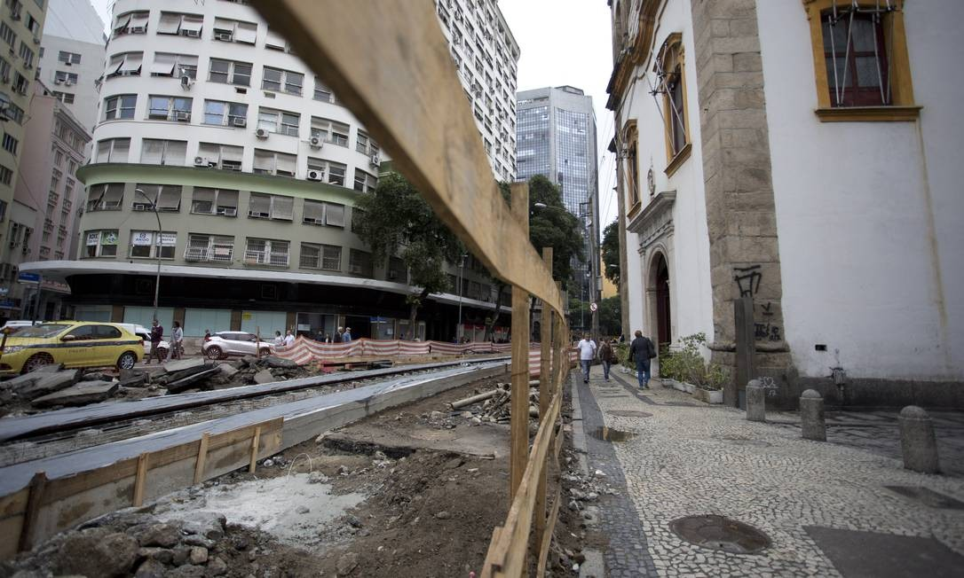 Obra do VLT perto da Igreja de Santa Rita Foto: Márcia Foletto / Agência O Globo