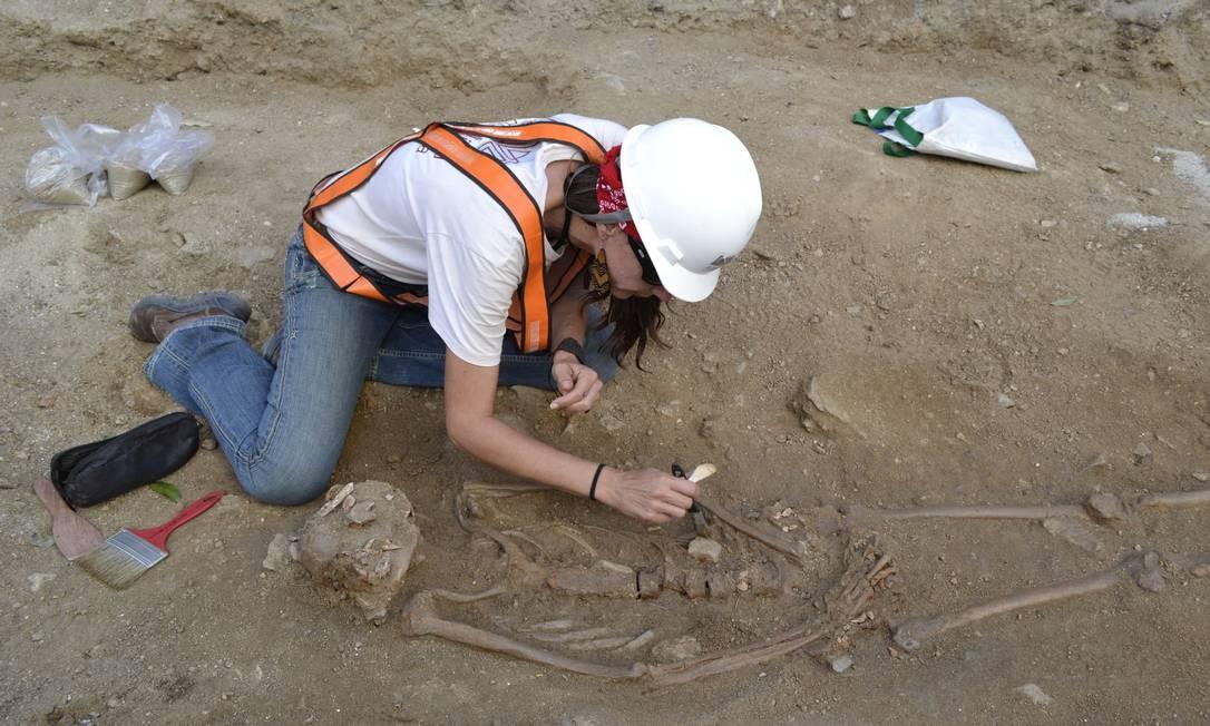Arqueóloga trabalha em ossada da Igreja de São Joaquim, na Avenida Marechal Floriano Divulgação