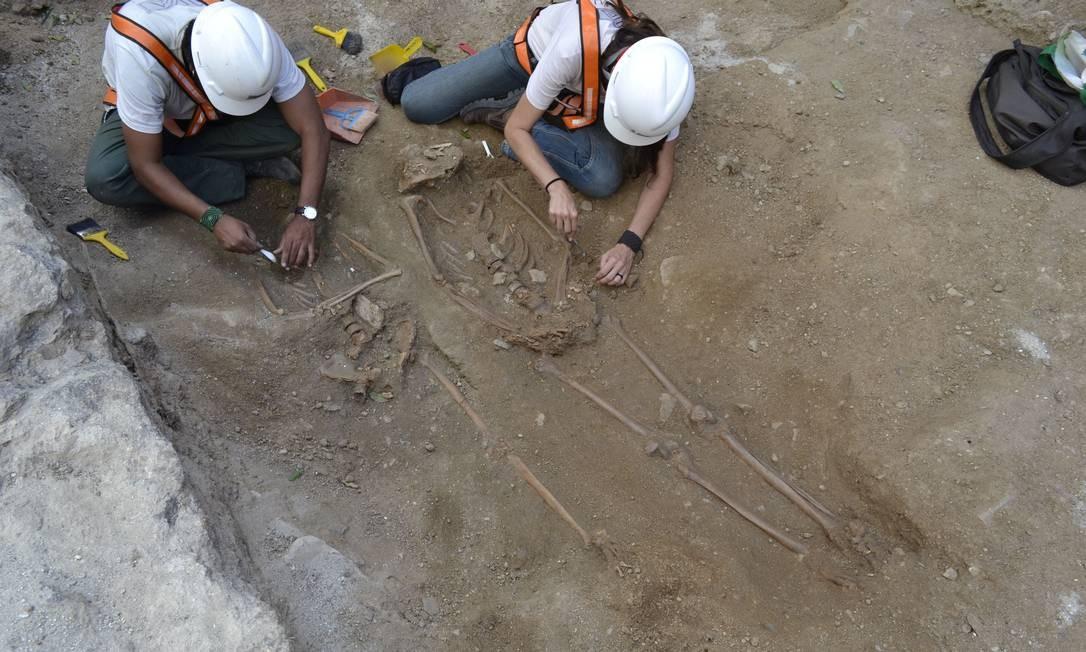 Arqueólogos encontraram estruturas da antiga Igreja de São Joaquim, erguida em 1758 e demolida em 1903, durante a construção da Avenida Marechal Floriano pelo prefeito Pereira Passos Divulgação