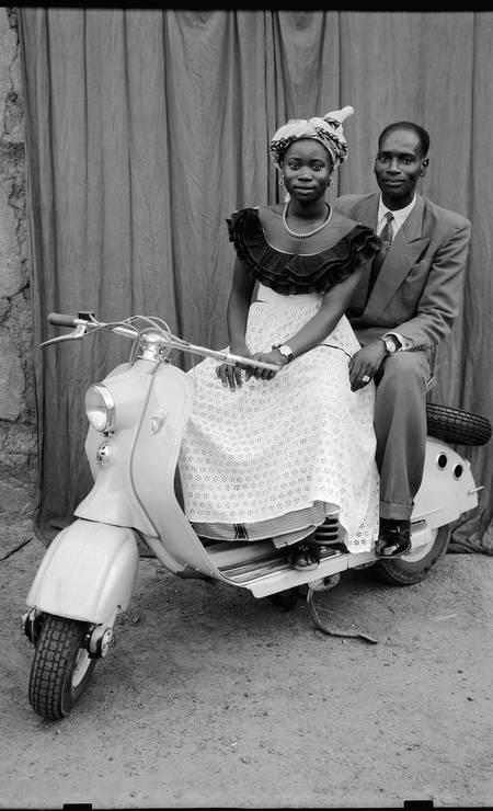 O fotógrafo retratou, em seu estúdio, a elite de Bamako, em Mali, entre os anos de 1948 e 1962 Foto: Divulgação/Seydou Keïta (caac– The Pigozzi Collection, Genebra)