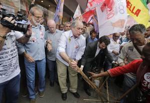 Ciro Gomes em campanha em Sao Goncalo. Candidato ajuda a levantar barraca de camelo durante a caminhada. Foto: Antonio Scorza / Antonio Scorza