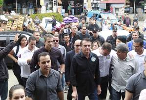 O candidato Jair Bolsonaro fez campanha na Ceasa do Rio de Janeiro Foto: Marcos Ramos / Agência O Globo