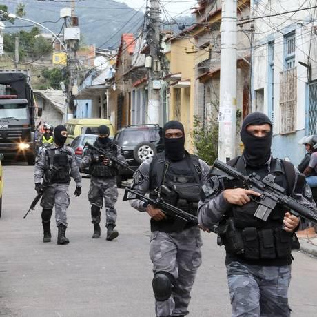 Operação no Complexo do São Carlos Foto: Guilherme Pinto / Agência O Globo