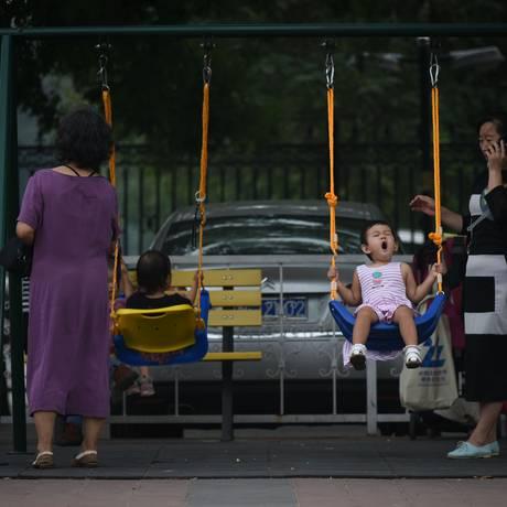 Crianças brincam em parque de Pequim: fim de restrições à natalidade são desafio para China após quase quatro décadas de política de filho único Foto: WANG ZHAO / AFP