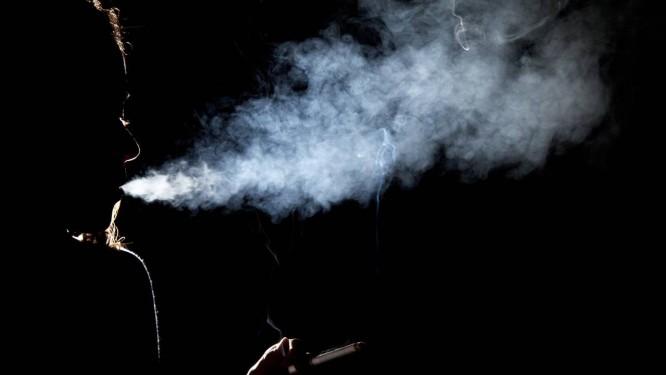 Jovem com cigarro: danos são ainda maiores em jovens que fumam e bebem Foto: Mônica Imbuzeiro/16-07-2012