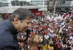 Fernando Haddad discursa para eleitores no calçadão de Alcântara Foto: Antonio Scorza / Antonio Scorza