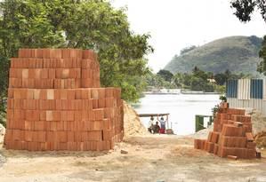 Material de construcao aguarda embarque para a ilha da Gigoia. Foto: Antonio Scorza/ Agencia O Globo Foto: Antônio Scorza / Agência O Globo