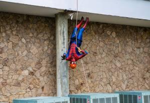 Homem-Aranha desce de rapel no Instituto de Puericultura e Pediatria Martagão Gesteira (IPPMG), na UFRJ Foto: Divulgação/Ana Ferreira