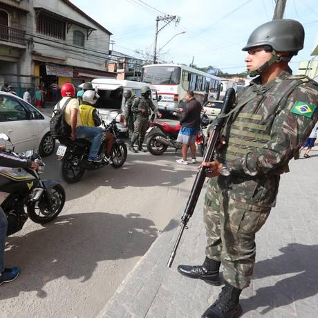 Forças Armadas no Complexo do Salgueiro Foto: Fabiano Rocha / Agência O Globo - 07/11/2017