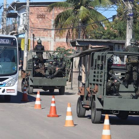 Militares fazem operação no Salgueiro Foto: Fabiano Rocha / Agência O Globo