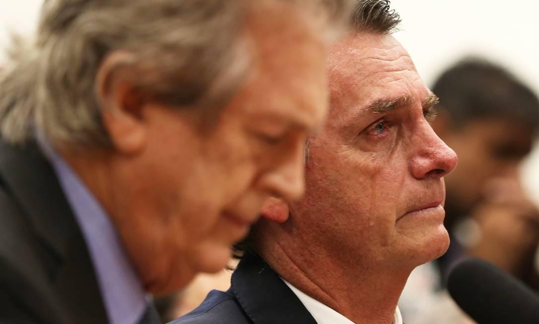 O presidente do PSL, Luciano Bivar, ao lado de Jair Bolsonaro na filiação do presidente eleito ao partido Foto: Givaldo Barbosa / Agência O Globo 07/03/2018