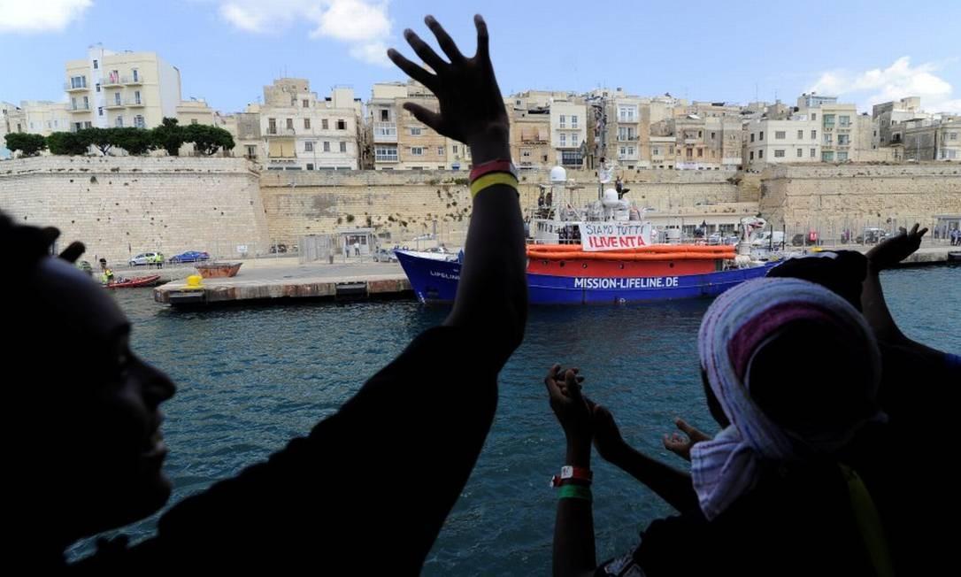 Imigrantes a bordo de navio de resgate se aproximam de porto em Malta para desembarque Foto: GUGLIELMO MANGIAPANE / REUTERS