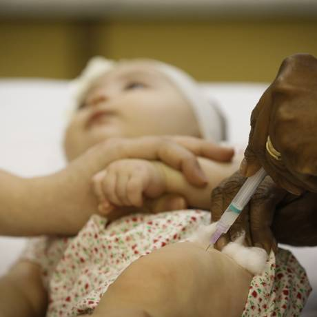 Criança recebe vacina em posto de saúde Foto: Pablo Jacob / Agência O Globo