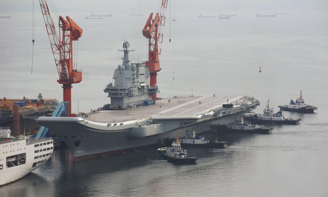 O primeiro porta-aviões construído na China deixa o estaleiro em Dalian: potência militar cada vez mais forte no mar Foto: CHINA STRINGER NETWORK / REUTERS