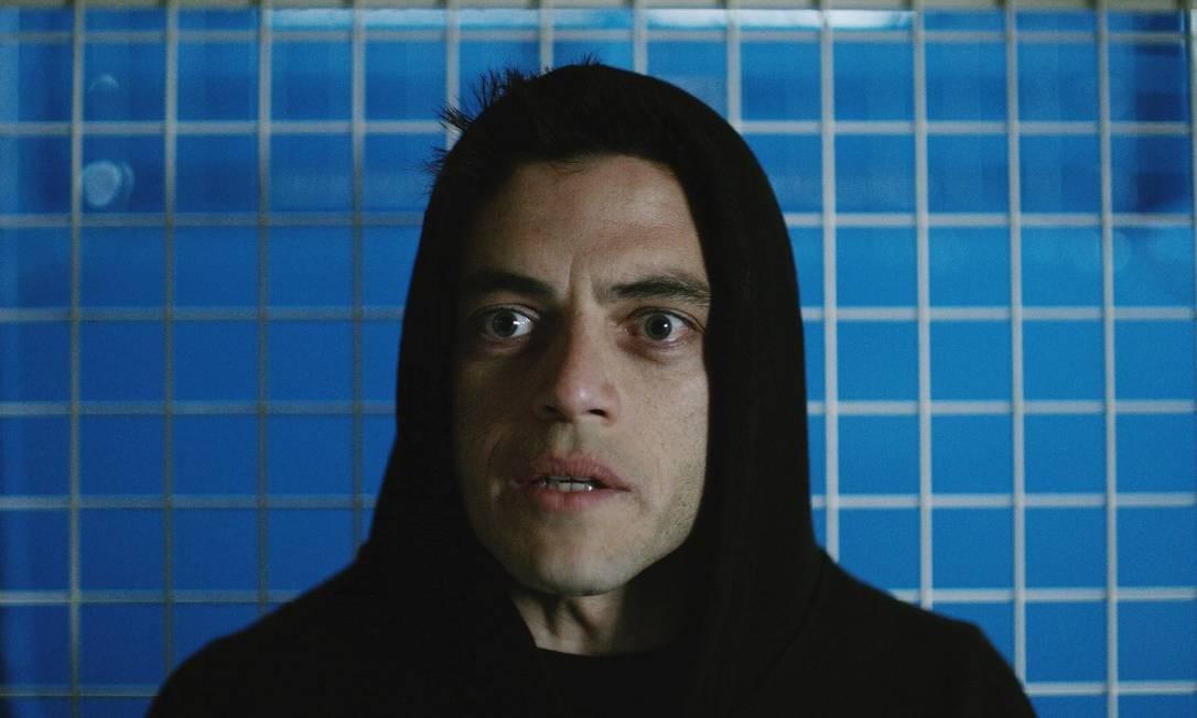 Rami Malek como Elliot, em