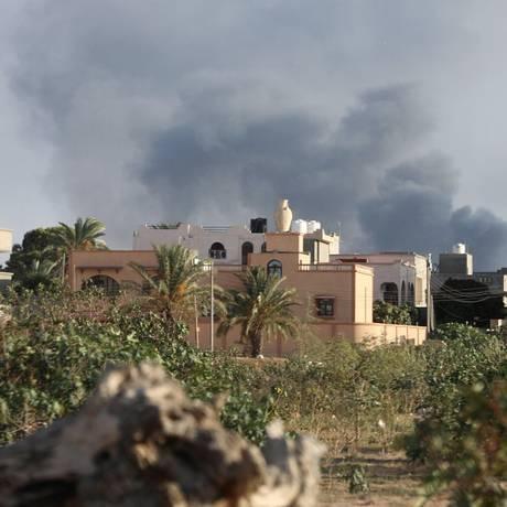 Fumça toma céu de Trípoli, a capital da Líbia, durante confrontos entre facções rivais Foto: HANI AMARA / REUTERS