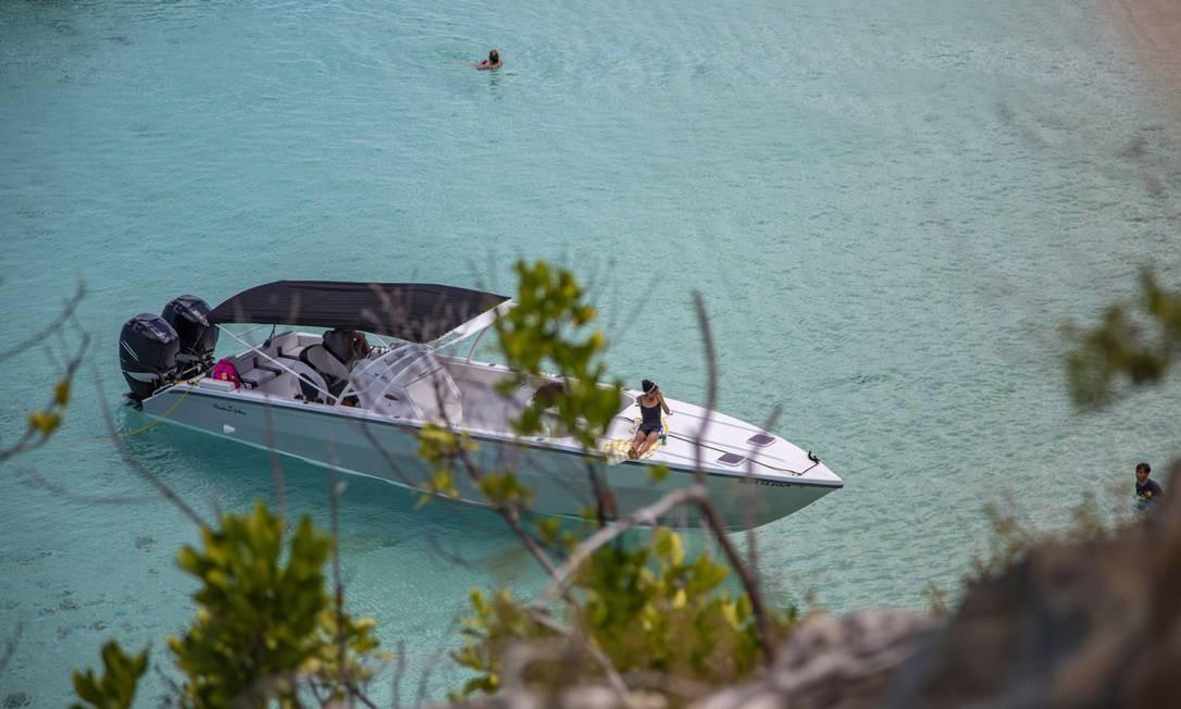 Barcos com turistas a bordo chegam a Baie Longue para mergulho em águas cristalinas Foto: Paulo Moreira / Agência O Globo