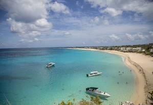Turistas chegam de barco à Baie Longue, em St. Martin, no Caribe francês Foto: Paulo Moreira / Agência O Globo