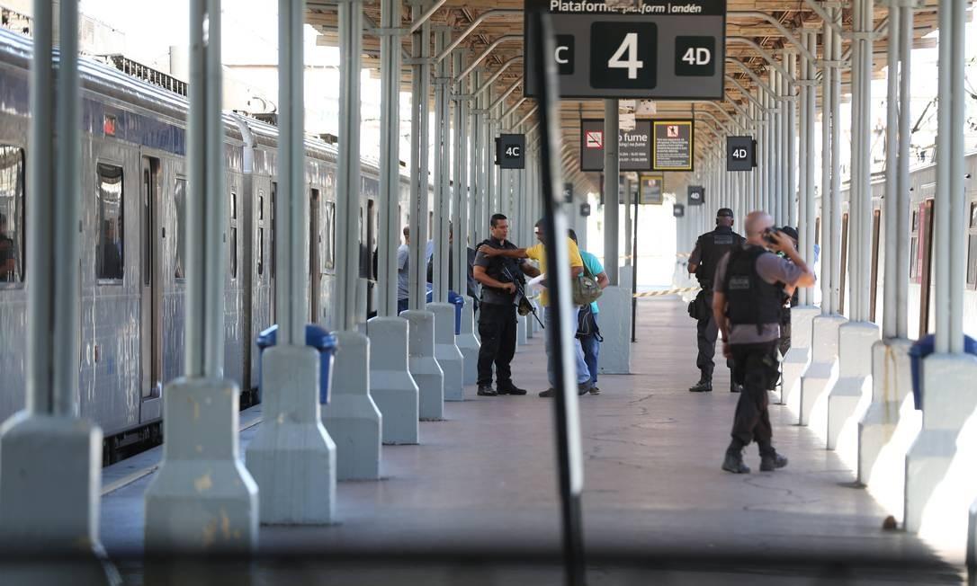 Policiais aguardam perícia no vagão onde suspeito morreu Foto: Custódio Coimbra / Agência O Globo