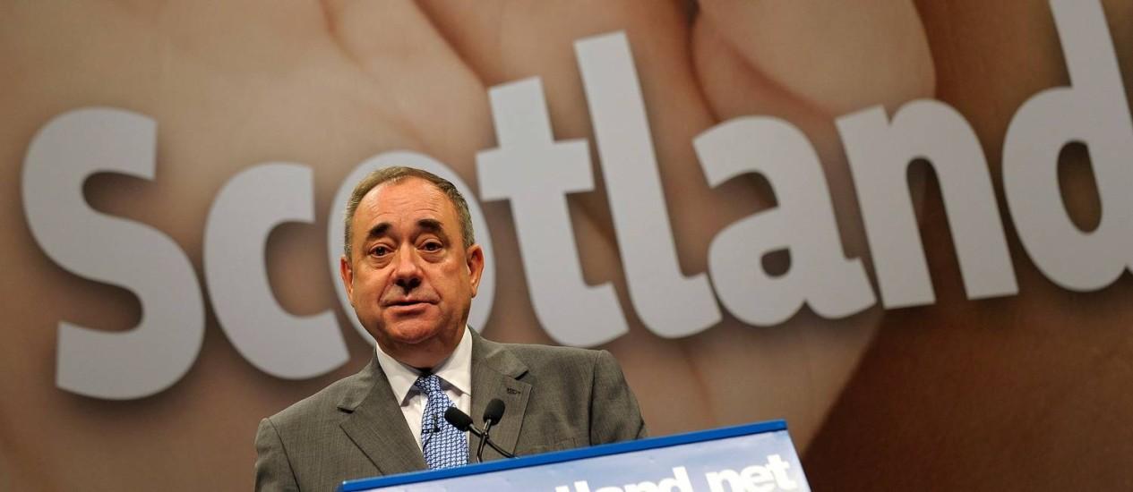 Foto de arquivo de 2014 mostra o então primeiro-ministro escocês Alex Salmond em entrevista coletiva pouco antes do referendo sobre a independência da Escócia proposto por ele e no qual sua posição pelo 'sim' foi derrotada Foto: AFP/ANDY BUCHANAN/11-09-2014