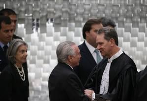 O presidente Michel Temer cumprimenta o novo presidente do STJ, João Otávio Noronha Foto: Ailton Freitas/Agência O Globo