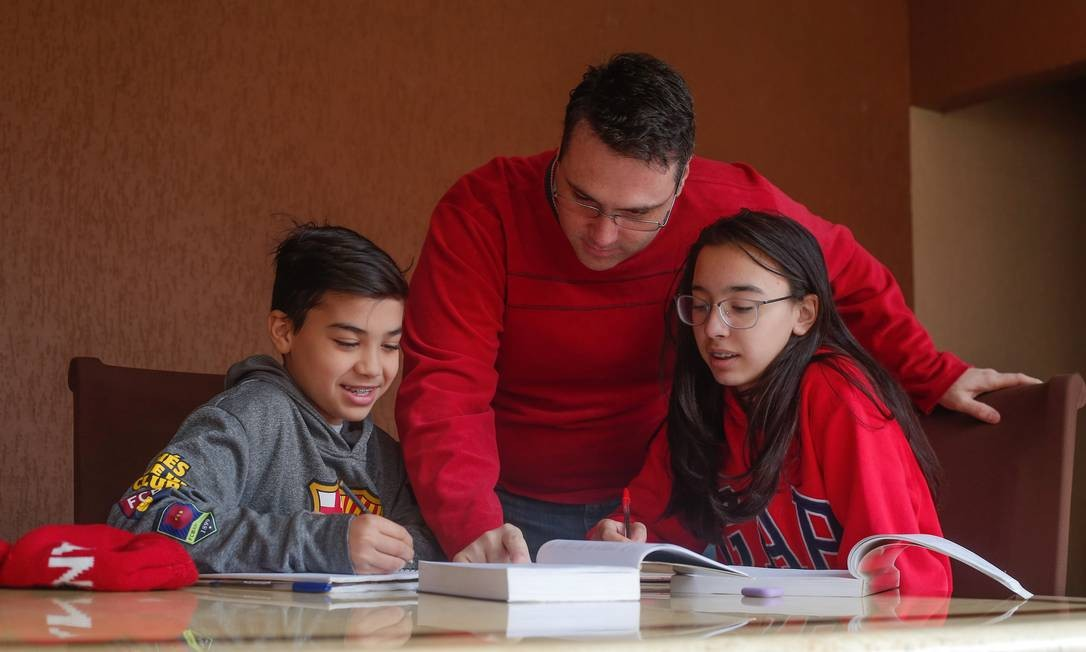 Insatisfeito com o ensino público, Wesley Ayres virou professor de seus filhos, Matheus, 11, e Mariana, 13 anos Foto: Marcos Alves