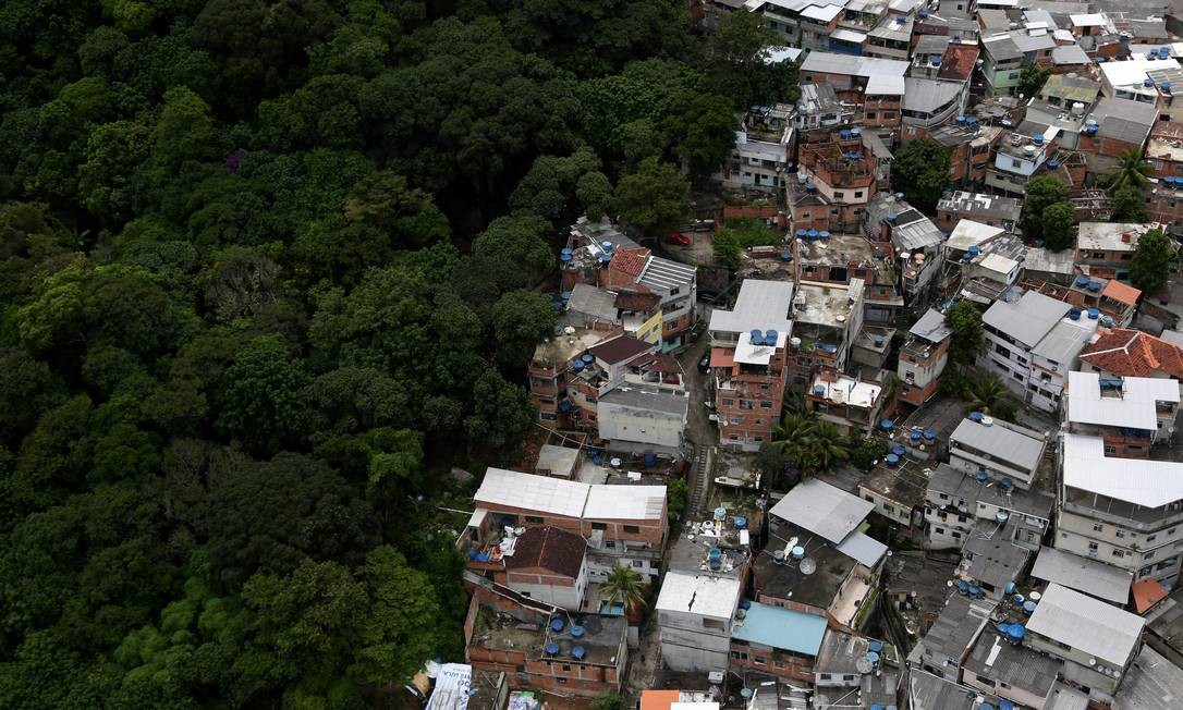 Parte da comunidade de Rio das Pedras, em Jacarepaguá: construções tomaram trecho de área verde, assim como acontece em várias regiões da cidade Foto: Custódio Coimbra / Agência O Globo