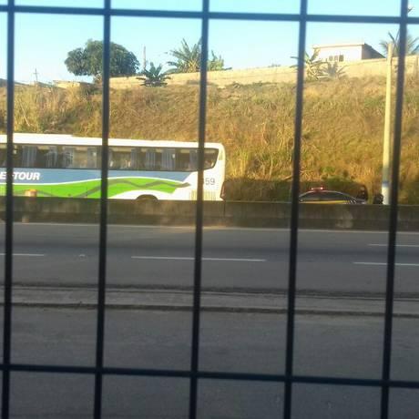O ônibus no qual os bandidos mantiveram passageiros reféns Foto: Polícia Rodoviária Federal / Divulgação
