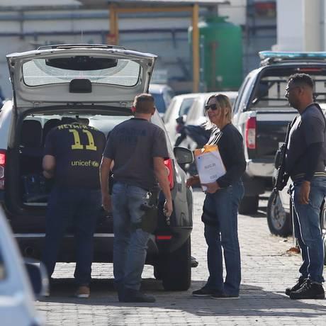 Policiais com material apreendido na operação Quarto Elemento Foto: Fabiano Rocha / Agência O Globo