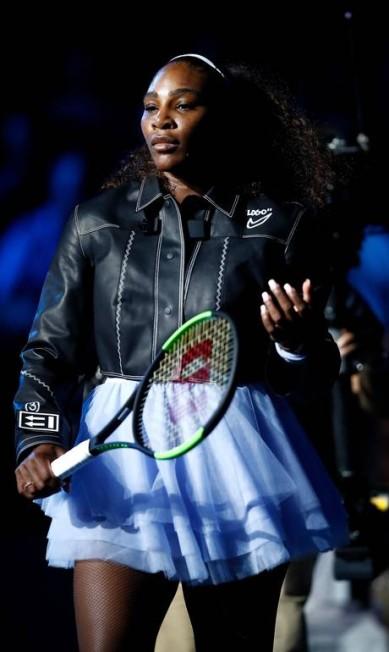Antes de entrar em quadra, Serena surge com uma jaqueta preta, como se estivesse num editorial de moda que mistura o romântico e o rocker JULIAN FINNEY / AFP
