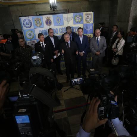 O presidente Michel Temer conversa com jornalistas após reunião sobre intervenção Foto: Antonio Scorza / Antonio Scorza