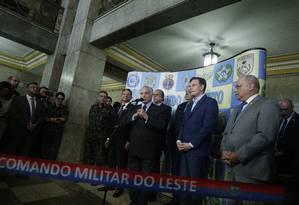 Temer conversa durante a visita ao CML, acompanhado por políticos e militares Foto: Antonio Scorza / Agência O Globo