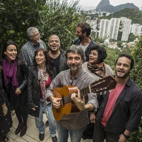 Componentes do Equale ensaiam na varanda de André Protasio (ao violão) Foto: Guito Moreto