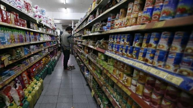 Consumidor vai às compras em mercado na Argentina Foto: La Nación/GDA