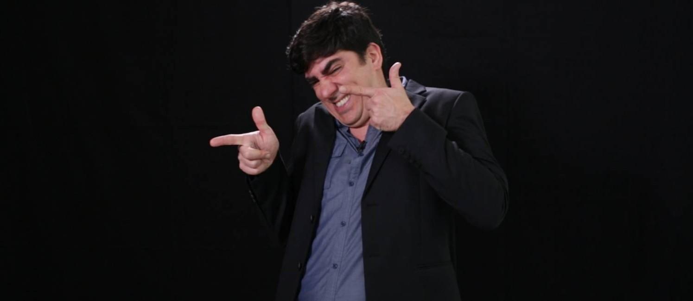 O humorista Marcelo Adnet encarna os candidatos em nova série do GLOBO na internet Foto: Reprodução