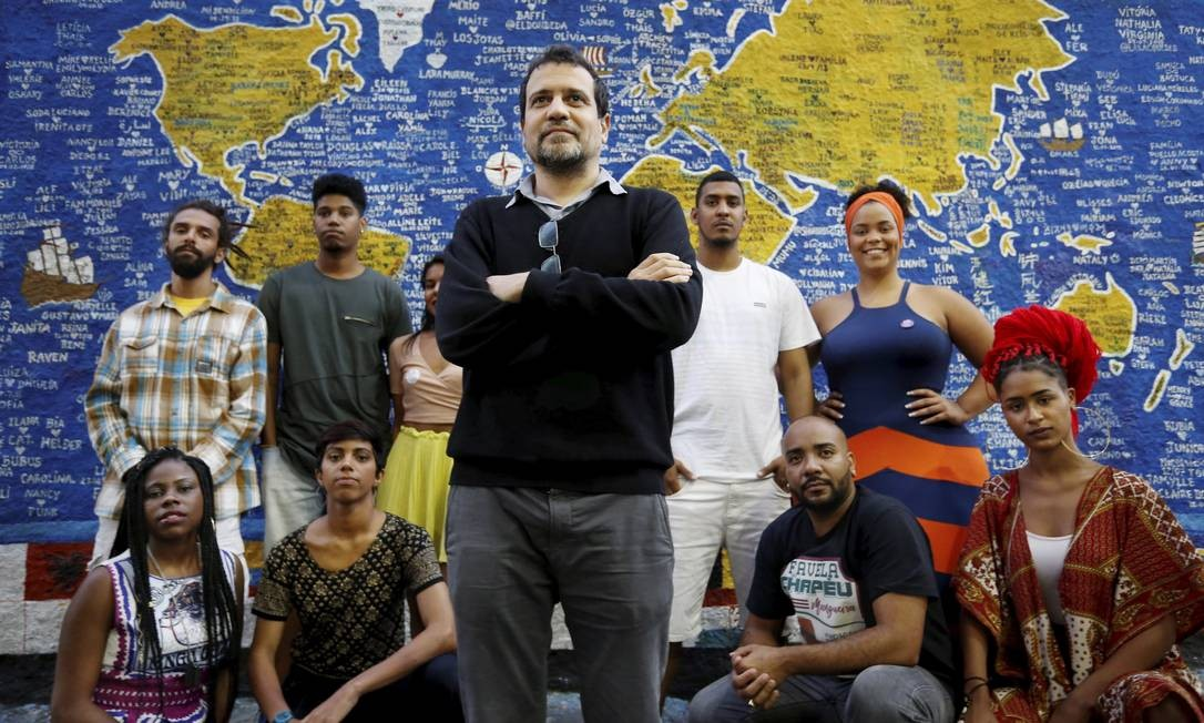Marcus Faustini (centro) e alguns dos participantes do programa 'A roda' Foto: Marcelo Theobald / Agência O Globo