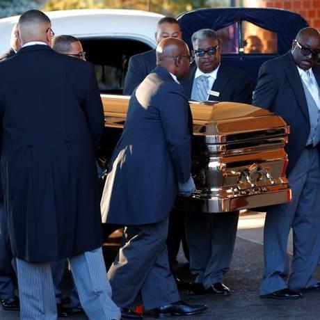 O caixão de Aretha Franklin chega aoGreater Grace Temple em Detroit Foto: MIKE SEGAR / REUTERS