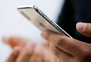 Mensagens de texto em smartphones servem de isca para baixar o spyware no aparelho e espionar o usuário Foto: Thomas Peter / REUTERS