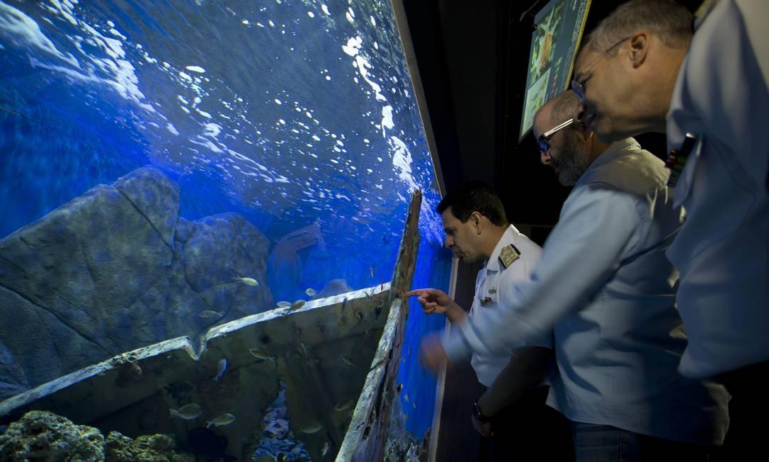 Militares da Marinha na inauguração do recinto Trindade. Ao centro, odiretor-presidente do AquaRio, o biólogo marinho Marcelo Szpilman Márcia Foletto / Agência O Globo