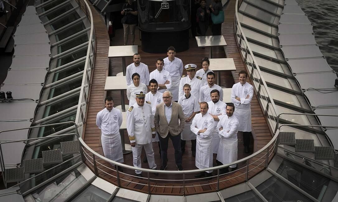 """O chef francês Alain Ducasse posa com o time que vai trabalhar no """"Ducasse sur Seine"""", que será inaugurado no dia 10/9 Foto: LIONEL BONAVENTURE / AFP"""