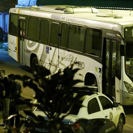 Policiais da Divisão de Homicídios ao lado do ônibus assaltado na Dutra Foto: Fabio Gonçalves / Agência O Globo