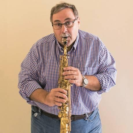 Vadim Arsky Filho toca o sax soprano com o qual embalou as festas de Roberto Jefferson Foto: Avervo pessoal
