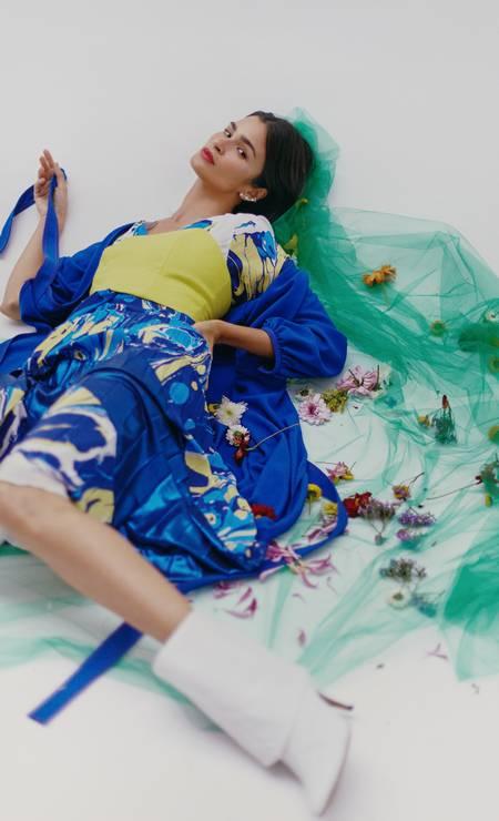 Vestido e capa, ambos Printing, top Amissima, botas Morena Rosa e brincos Andrea Conti Foto: Mar+Vin