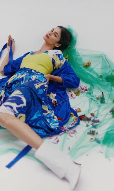 Vestido e capa, ambos Printing, top Amissima, botas Morena Rosa e brincos Andrea Conti Mar+Vin