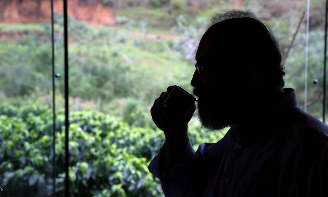 Paulo Roberto dos Santos, dono da Fazenda Florença, degusta um cafezinho de sabor frutado, sem adição de açúcar, com vista para o cafezal: colheita é feita manualmente, de grão em grão Custódio Coimbra / Agência O Globo