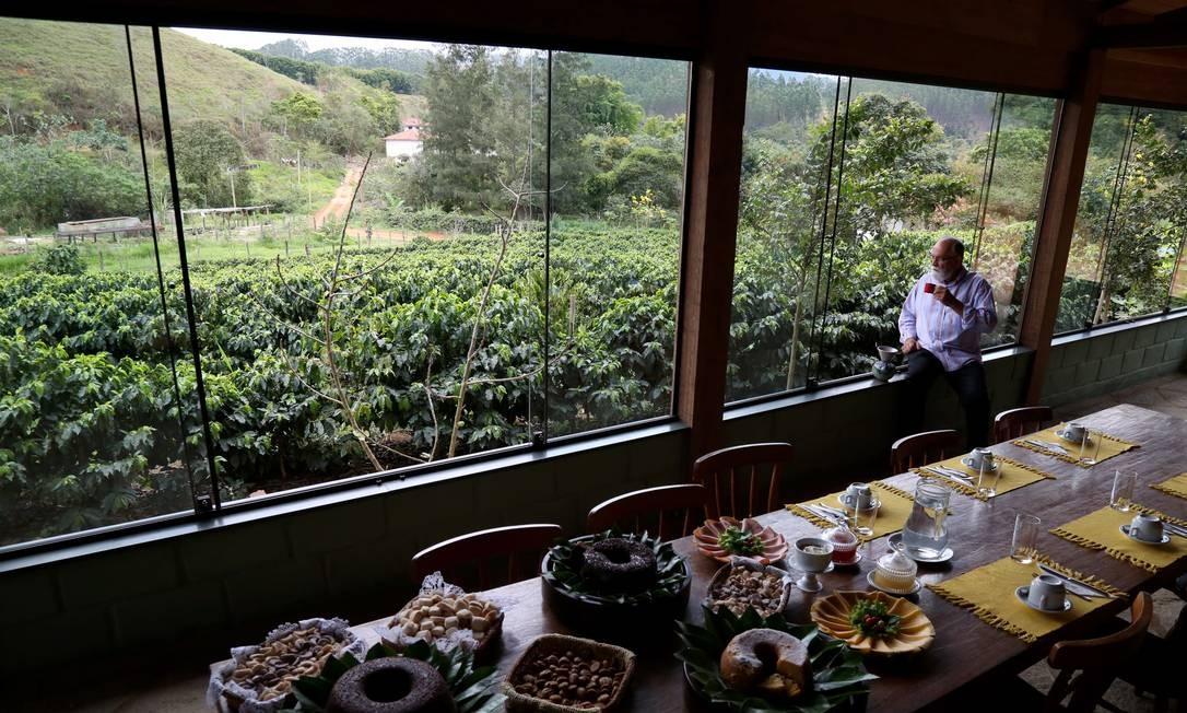 Na Fazenda Florença, foi construída uma cafeteria em meio ao cafezal para receber os turistas interessados em conhecer a bebida especial de lá. Na mesa, delícias da culinária do Vale do Paraíba, incluindo bolos e biscoitinhos de café Custódio Coimbra / Agência O Globo
