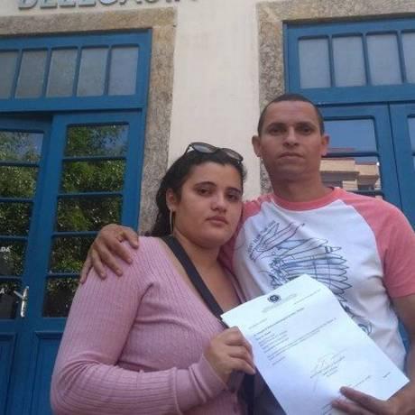 Iara e Risonaldo mostram o registro do furto de seu foodtruck em praça de Botafogo Foto: Katia Gonçalves / Agência O GLOBO