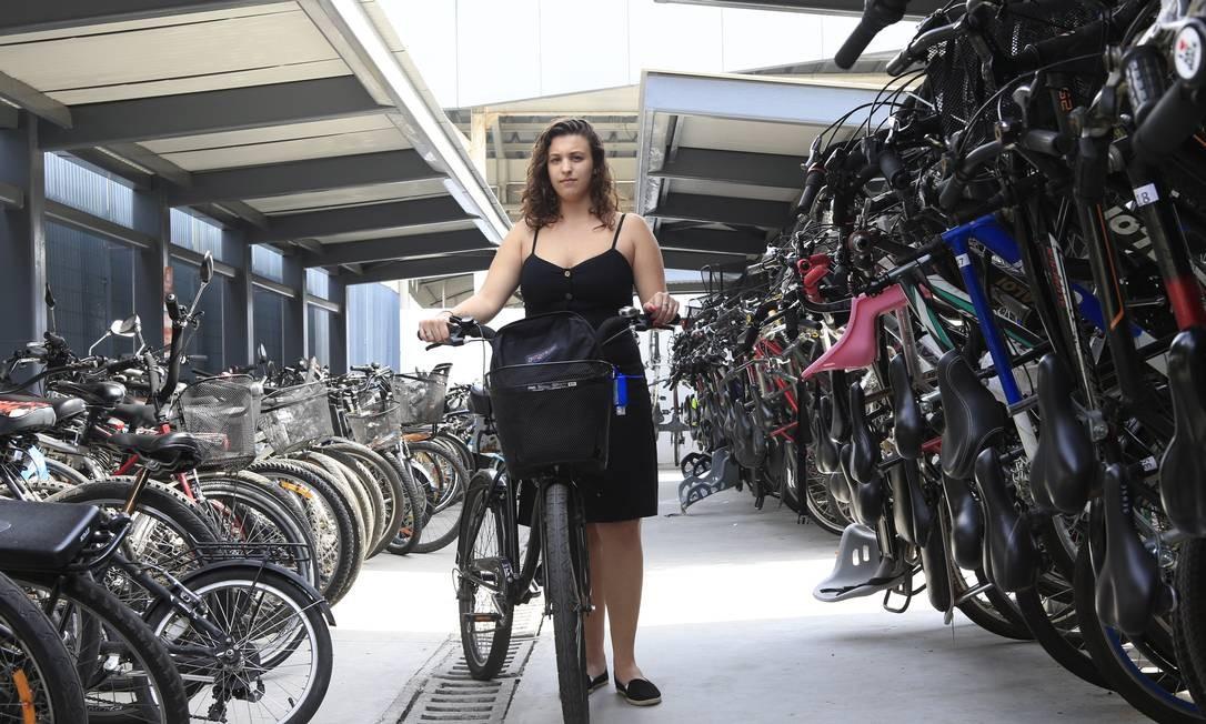"""A educadora Júlia Rocha, de 21 anos, no bicicletário do Centro: """"Se o tempo está bom, não penso duas vezes em vir de bicicleta no caminho que faço de Icaraí para o Centro"""", diz ela Foto: Roberto Moreyra / Agência O Globo"""